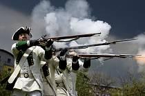 Běžnou taktikou na bojištích 18. století bývala linie pěších vojáků střílejících ve stoje, případně vkleče, salvami. Ládovací předovky totiž jinak neumožňovaly vést účinnější palbu. Po salvách následoval útok na bodáky.