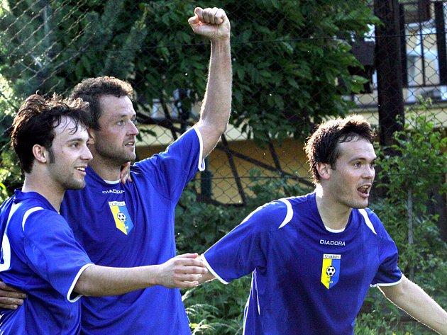 V utkání mezi Vaňovem (modří) a Dubicemi se z těsného vítězství 3:2 radovali domácí.