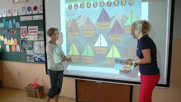 Učitelky v ZŠ Pod Vodojemem od září využijí ve třídách i dataprojektory.