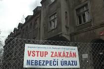 Domy v Mendělejevově ulici chátrají, univerzita je chce zbourat.