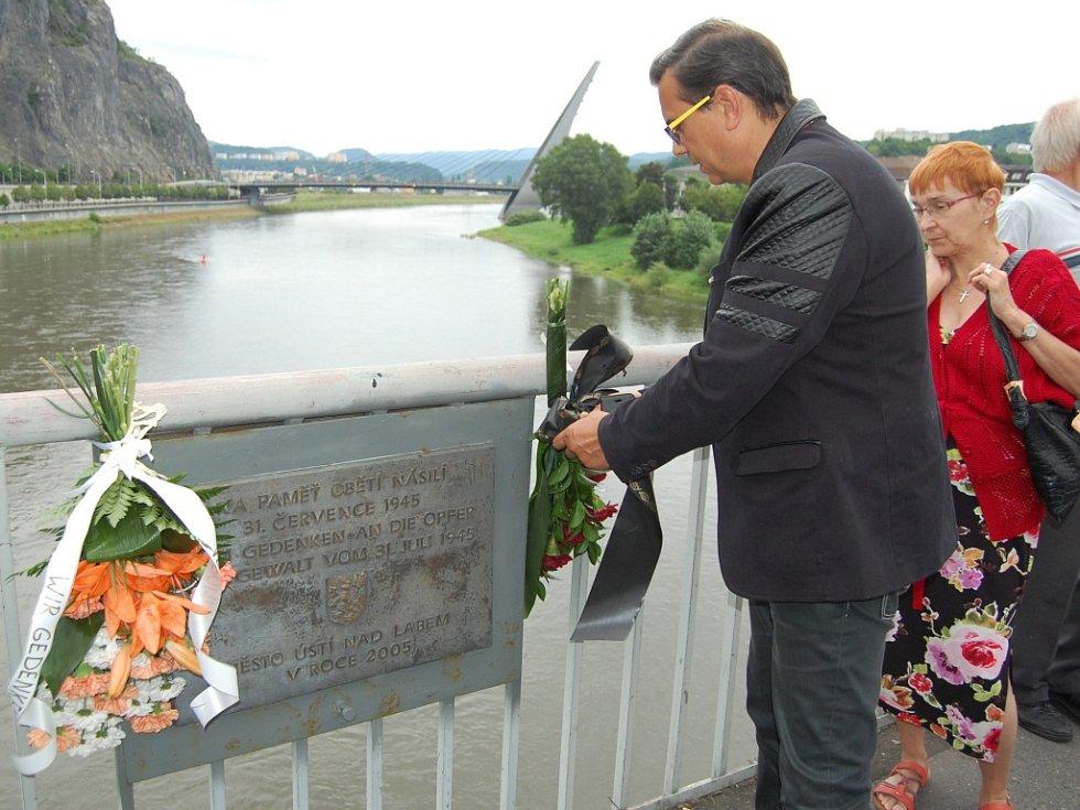 Krátký pietní akt se konal v neděli odpoledne uprostřed mostu Edvarda Beneše.