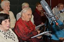 Senioři přijeli do historické budovy rozhlasu natáčet album.