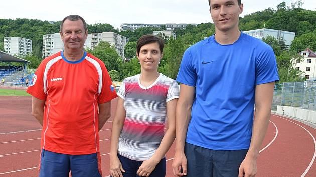 Sedmnáctiletého Filipa Najmana (vpravo) nelze přehlédnout.