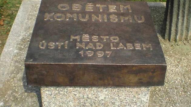 Pamětní deska obětem komunismu je zpět