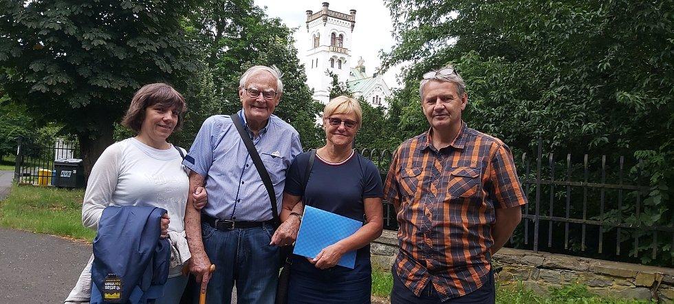 Zprava: Farář Jiří Voleský, starostka Eva Oubrechtová, Hanuš Adamec s příbuznou.