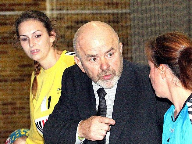 Trenér házenkářek Spartaku Radomír Hanusek.