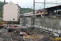 Prostor za vlakovým nádražím zatím nevypadá, že by zde měl být prostor zpříjemňující cestujícím čekání na vlak. Do konce letošního roku by se to však mělo změnit.