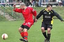 Ve druhé fotbalové třídě zvítězily Petrovice (v černém) na hřišti mojžířské rezervy 2:0.
