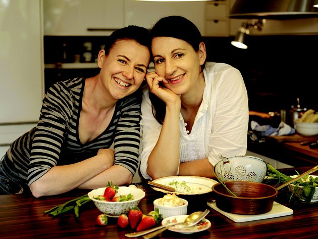 """Autorky celoroční kuchařky """"Jezte česky, rok v české kuchyni"""" Jana Vašáková (vlevo) a Zdena Skokanová N."""