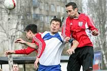 Fotbalisté Chlumce (červení) slaví druhou výhru v sezoně.