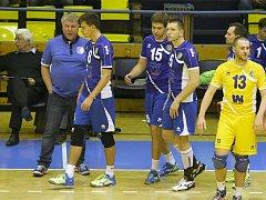 Ústecký tým kouče Jana Maliny a manažera Miroslava Přikryla (v pozadí) uhrál v prvních dvou zápasech jen jeden set.