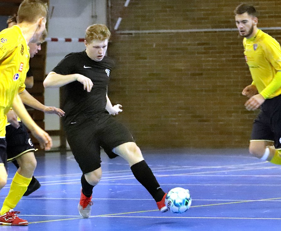 Junioři FC Rapid Ústí n/L (černé dresy) proti SK Olympik Mělník