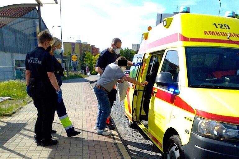 Ústečtí strážníci pomohli muži, který ve Výstupní ulici upadl do silnice