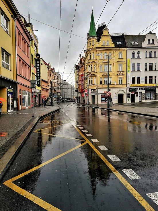 Ústecký fotograf Martin Vodňanský si oblíbil snímky zachycující dominanty města nad Labem v odrazu kaluže. Říká jim loužovky. Na snímku jsou budovy na Mírovém náměstí.