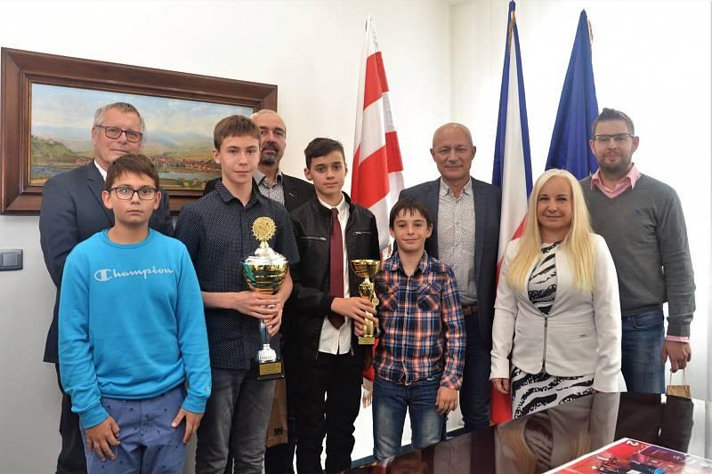 Úspěšné ústecké sportovce ocenil primátor Ústí nad Labem. Na snímku se stolními tenisty.