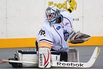 Hokejbalisté Elby (bílí) doma porazili Pardubice po nájezdech.