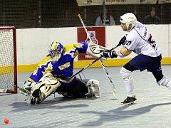 Hokejbalisté Elby (vpravo Langthaler) prohráli po samostatných stříleních.