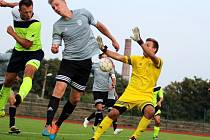 Fotbalisté Neštěmic (šediví) zvítězili v Krupce 3:2 po penaltách.