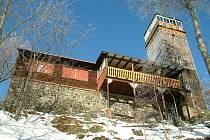 VYRAZIT si na rozhlednu je za hezkého počasí zajímavý výlet i v zimě. Vlčí hora a Dýmník jsou místa, jež bychom neměli vynechat.