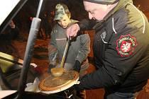 Vedení ústecké městské policie se rozhodlo nenechat lidi bez domova v tuhých mrazech osudu a rozváží mezi ně teplou polévku a čaj.