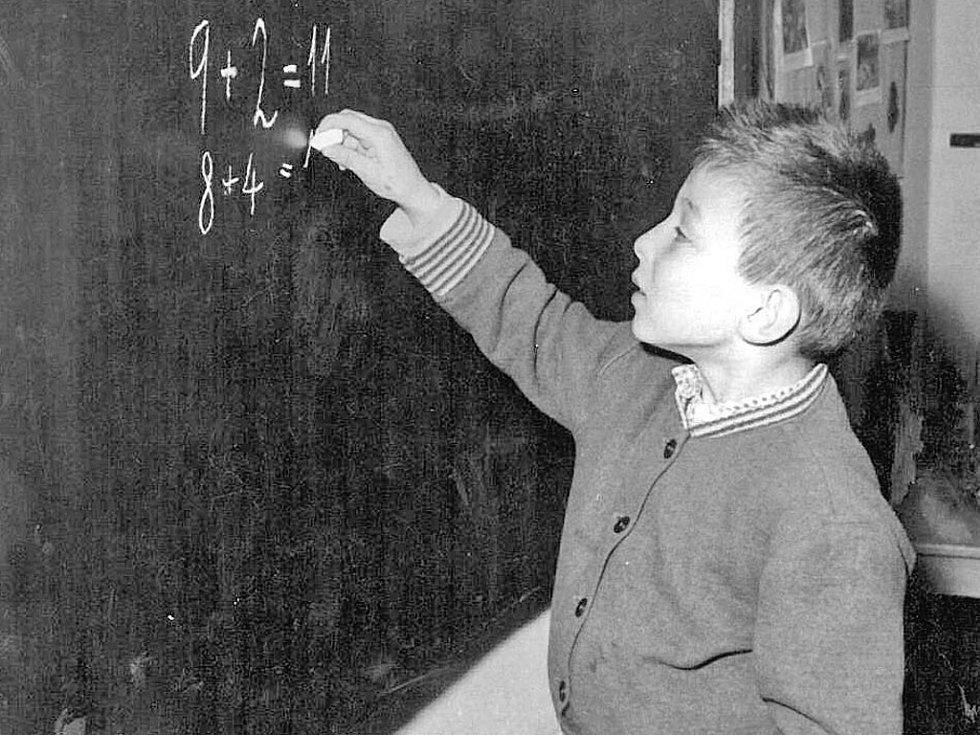 Prvňáček Václav Janeček při hodině matematiky v roce 1961.