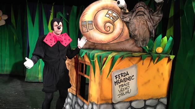 Zdařilá scéna Hynka Dřízhala i kostýmy Tomáše Kypty.