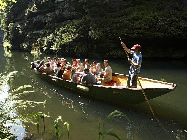 Oblíbená turistická atrakce, jakou je plavba na lodičkách soutěskami nad Hřenskem, nepřestala fungovat ani po povodních a od poloviny měsíce jsou Edmundova a Divoká soutěska opět přístupné ze všech stran.
