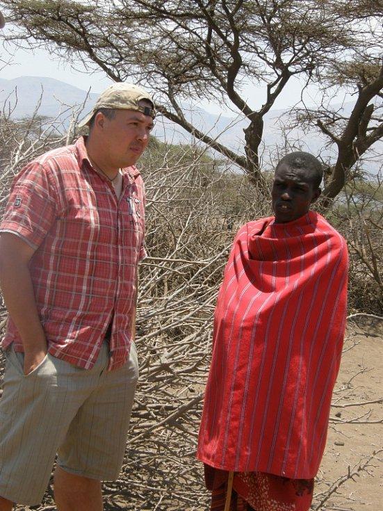 Jiří Holub z Hrubého Rohozce v masajské vesnici, Tanzanie.