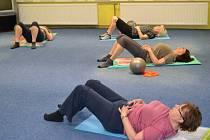 Cvičení pomáhá seniorům.