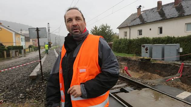 OPRAVA ŽELEZNIČNÍ TRATI probíhá v úseku Střekov - Velké Březno. Vlaky jezdí po jedné koleji.