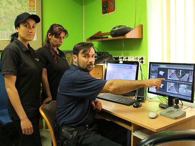 Strážník Roman Princ při brífingu s Temenuzhkou Stefanovou (vlevo) a Marianou Balogovou na střekovské služebně městské policie v Ústí nad Labem.