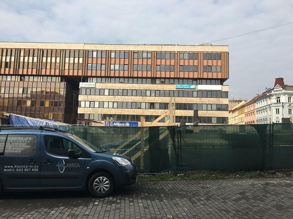 """""""Díra"""" tedy Blok 004 na Mírovém náměstí v Ústí nad Labem. Pondělí 19. dubna"""