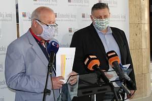 Hejtman Oldřich Bubeníček a jeho první náměstek Martin Klika po zasedání krizového štábu na hejtmanství v Ústí nad Labem
