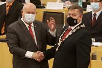 Odcházející hejtman Ústeckého kraje Oldřich Bubeníček (vlevo, KSČM) a jeho nástupce Jan Schiller (ANO)