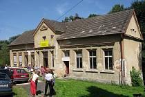 BÝVALÁ ŠKOLA v Náhlově na Českolipsku se má přeměnit v jedinečné Krajanské muzeum vystěhovalectví do Brazílie. Předběžný rozpočet na opravu a úpravy je 600 000 korun.