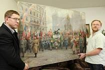 Ředitel ústeckého městkého muzea Gustav Krov(vlevo) a Václav Houfek vědecký tajemník muzea ukazují obraz zachycující výtání T.G. Masaryka při jeho příjezdu do Prahy.