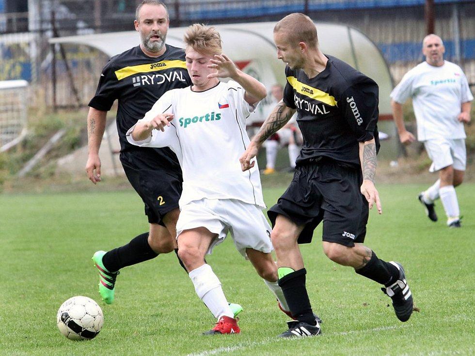 Fotbalisté béčka Svádova (v bílém) prohráli s Děčínem 0:3.