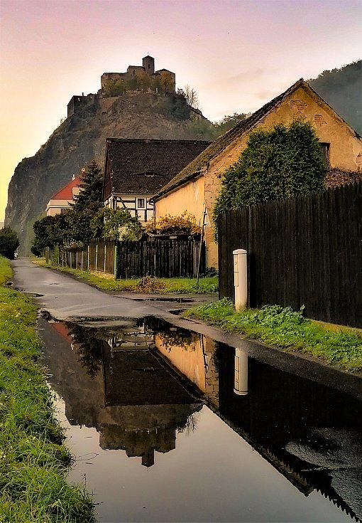 Ústecký fotograf Martin Vodňanský si oblíbil snímky zachycující dominanty města nad Labem v odrazu kaluže. Říká jim loužovky. Na snímku je hrad Střekov