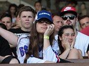 Fanoušci sledují v ústeckém letním kině čtvrtfinálové utkání české hokejové reprezentace