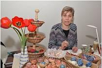 Na výstavě  kraslic v muzeu vyučovala Mistryně lidové umělecké tvorby Olga Pětníková (na snímku)