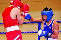 VYBOXOVAL SI ZLATO. Tomáš Vuong (v modrém) boxoval ve finále proti domácímu závodníkovi.