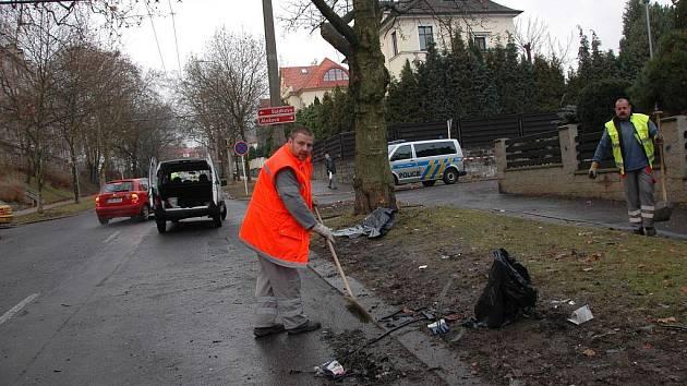 Odklízení následků tragické nehody v Palachově ulici.