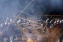 """Rekonstrukce dvouhodinové potyčky mezi habsburským a stavovským vojskem na Bílé hoře, po níž, navzdory své vojenské převaze, vůdci povstání i se svým nelegitimním králem Friedrichem Falckým z Prahy doslova """"práskli do bot."""""""