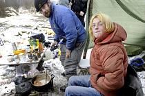 V Ústí začnou v mrazech strážníci bezdomovcům rozvážet teplé jídlo a pití. Při kontrolách se přitom více zaměří na lokality, kde se bezdomovci zdržují. Chtějí tak předejít tomu, aby umrzli. Na snímku jsou bezdomovci nedaleko Habrovického rybníka.