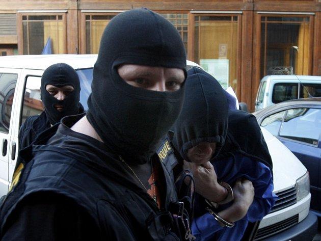 Ústecká expozitura Útvaru odhalování korupce a finanční kriminality (ÚOKFK) zatýkala podezřelé z daňových úniků za desítky milionů korun. Ilustrační foto.