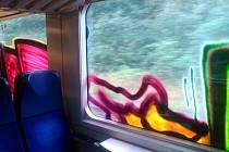 Pomalovaná okna ve vlaku.