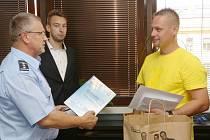 Marcela Válu ocenili policejní šéf Vladimír Danyluk i zástupce prodejny Lidl Petr Fukala.