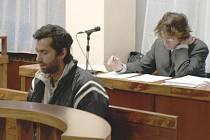 Obžalovaný (vlevo) se vehementně bránil vůči obžalobě, chvílemi ale nereagoval, jako by neslyšel otázku, a díval se kamsi před sebe.