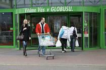 O víkendu mnoho lidí zamířilo do marketů za obvyklým víkendovým nákupem, třeba do Globusu.