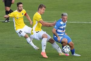 Vasil Kušej (v bílomodrém) už v dresu FK Ústí nad Labem působit nebude. Kontrakt s ním rozvázalo také Dynamo Drážďany.